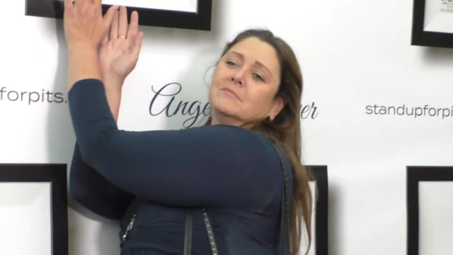 vídeos de stock, filmes e b-roll de camryn manheim at the stand up for pits event at hollywood improv in los angeles at celebrity sightings in los angeles on november 05, 2016 in los... - comédia de sketches