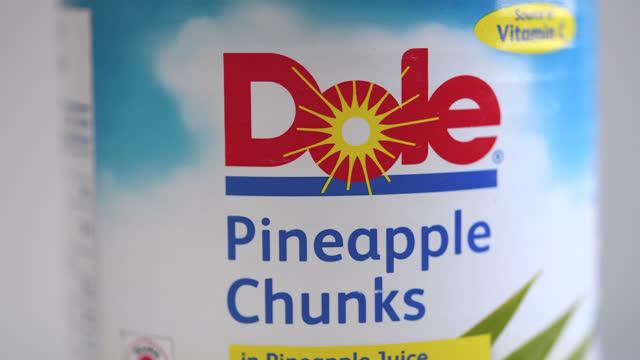 can of dole pineapple chunks turns showing its label on november 8, 2020; in toronto, ontario, canada. dole food company, inc. is an american... - editorial bildbanksvideor och videomaterial från bakom kulisserna
