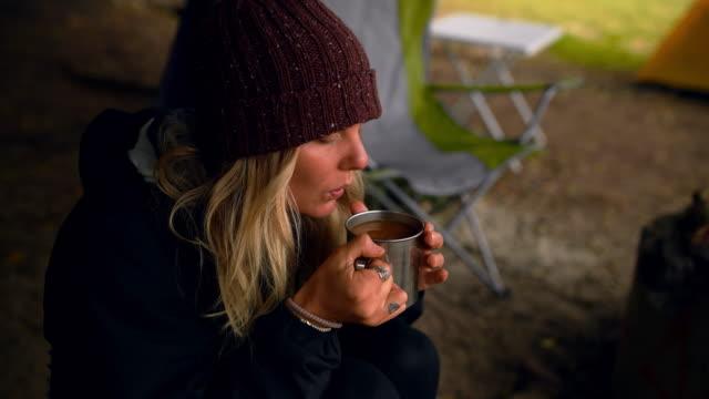 stockvideo's en b-roll-footage met ik kan nog steeds mijn koffie tijdens het kamperen - warme dranken