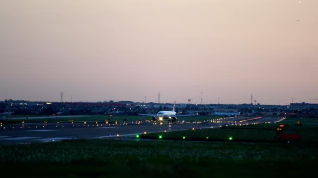 vidéos et rushes de canada, aéroport, toronto, photos d'arrivée - matin