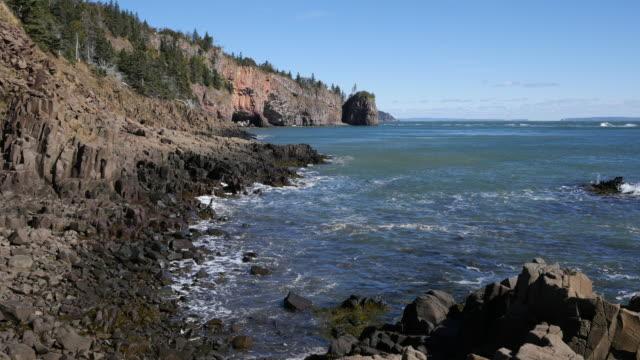vídeos de stock, filmes e b-roll de canada bay of fundy tide ebb high then low fade - vazante