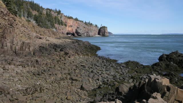 vídeos de stock, filmes e b-roll de canada bay of fundy view with rocks low tide - vazante