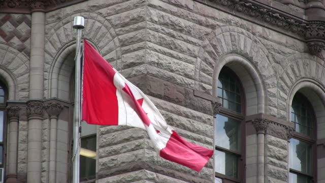 (hd1080i) canada: bandiera all'esterno vecchio municipio-toronto, ontario - bandiera del canada video stock e b–roll
