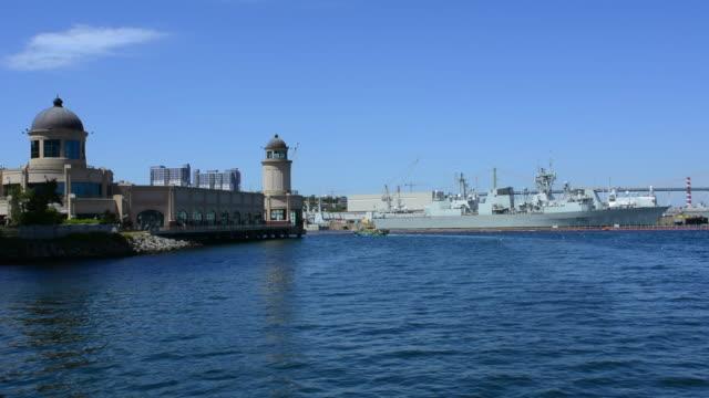 vídeos de stock, filmes e b-roll de canada halifax  nova scotia harbour with boats and battleships with big bridge over water into city on mckay bridge - atracado