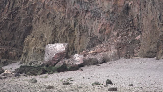 vídeos de stock, filmes e b-roll de canada nova scotia fallen rocks and sand - cupido