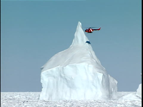 vidéos et rushes de zo ws canadian coast guard helicopter checking iceberg in thick pack ice, labrador sea, canada - iceberg bloc de glace