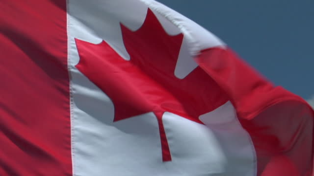 cu, canadian flag flapping against sky - kanadische flagge stock-videos und b-roll-filmmaterial