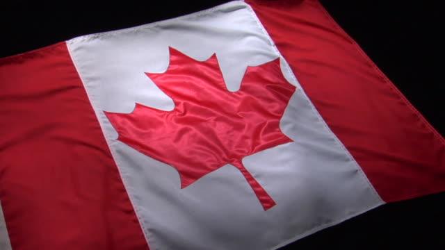stockvideo's en b-roll-footage met cu, pan, canadian flag on black background - canadese vlag