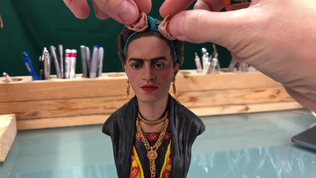 canadian miniature sculptor juliana lepine filmed herself masterfully crafting a bust of renowned mexican painter, frida kahlo, in footage posted to... - https stock-videos und b-roll-filmmaterial