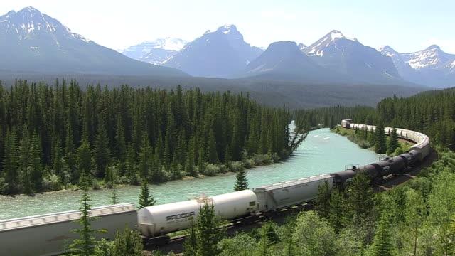 WS Canadian Pacific Railway passing through Morants Curve near Bow River / Banff Nationalpark, Alberta, Canada