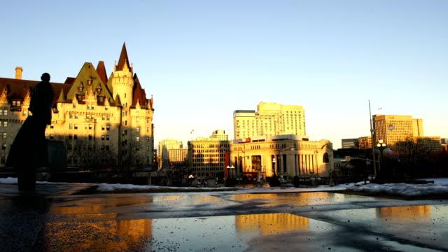 vídeos y material grabado en eventos de stock de edificio del parlamento canadiense al atardecer - colina del parlamento ottawa
