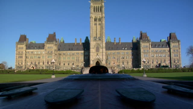 stockvideo's en b-roll-footage met canadian parliament buildings - parliament building