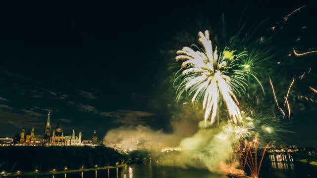 vídeos y material grabado en eventos de stock de parlamento canadiense en el río ottawa con fuegos artificiales - río ottawa