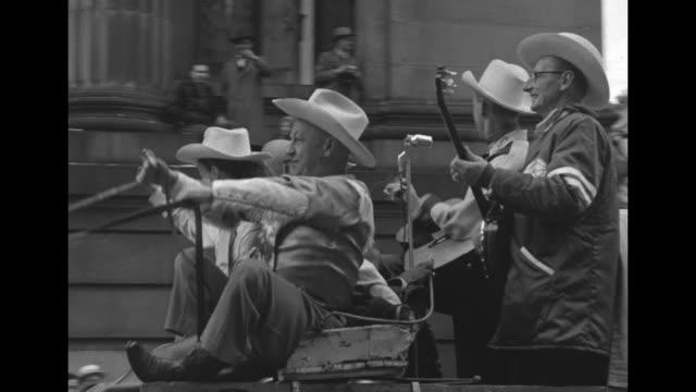 vidéos et rushes de vs canadian rugby union grey cup parade with floats baton twirlers cowboys on horses fans beauties on floats montreal alouette player on float / fans... - char de défilé