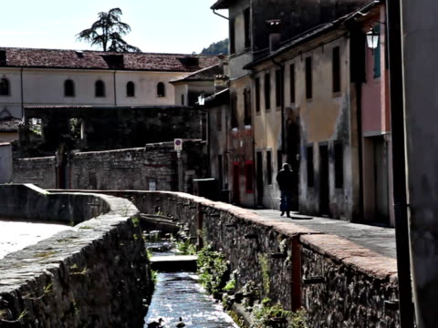 stockvideo's en b-roll-footage met canal and houses in vitorio veneto - rond de 15e eeuw