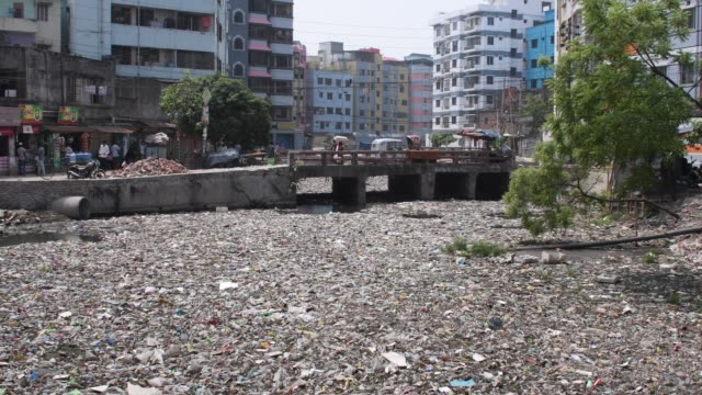 canal full with wastage & plastic materials in dhaka, bangladesh. - sostanza tossica video stock e b–roll