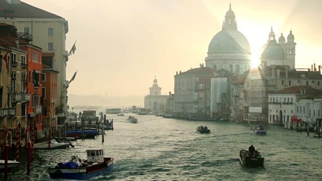 Canal Grande Sonnenaufgang der Accademia-Brücke und die Basilika Santa Maria della Salute, Venedig, Italien.