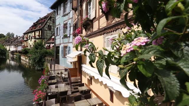 kanal in colmar, elsass, frankreich. - straßburg stock-videos und b-roll-filmmaterial