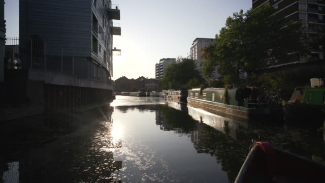 a canal narrow boat traveling along the regent's canal - イーストロンドン点の映像素材/bロール