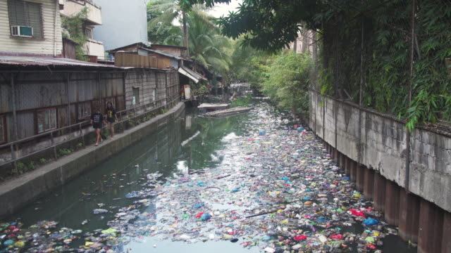 stockvideo's en b-roll-footage met canal river full of plastic garbage at manila, philippines - afvalverwerking