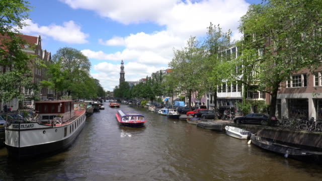 canal scene, amsterdam, netherlands - sito patrimonio dell'umanità unesco video stock e b–roll