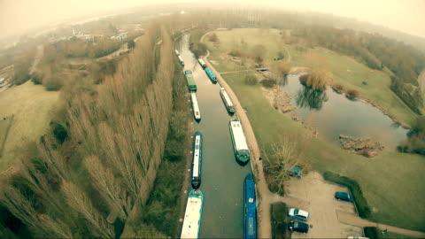 vídeos y material grabado en eventos de stock de canal con barcos - barcaza embarcación industrial