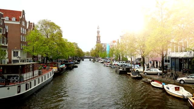 バック グラウンドで westerkerk と運河します。 - 環状運河地区点の映像素材/bロール