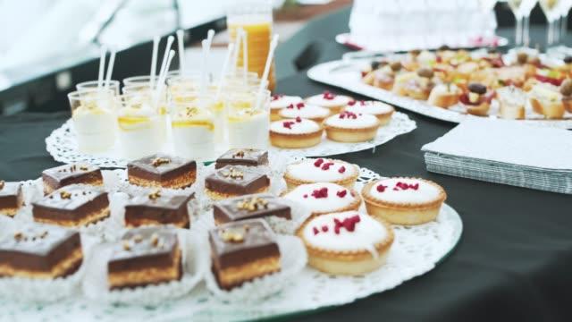 vídeos de stock e filmes b-roll de canapes and champagne for reception - banquete