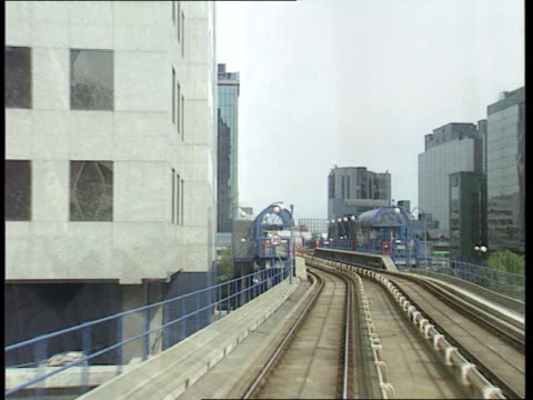 vidéos et rushes de canary wharf administration; )c4n england: london: canary wharf: tgv canary wharf development as docklands light railway train along past camera on... - chiffre 8