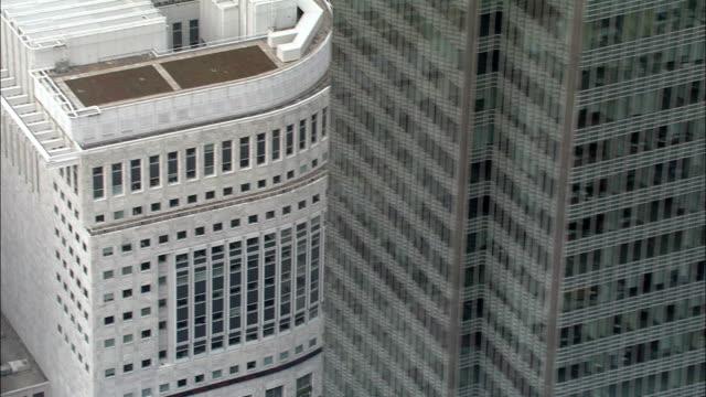 stockvideo's en b-roll-footage met canary wharf complex - luchtfoto - england, greater london, tower hamlets, verenigd koninkrijk - dicht