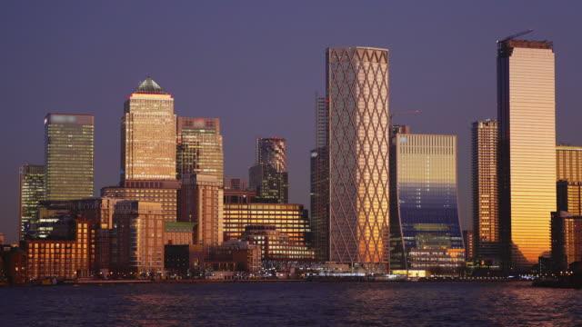 vídeos de stock, filmes e b-roll de canary wharf financial district and river thames - plano médio