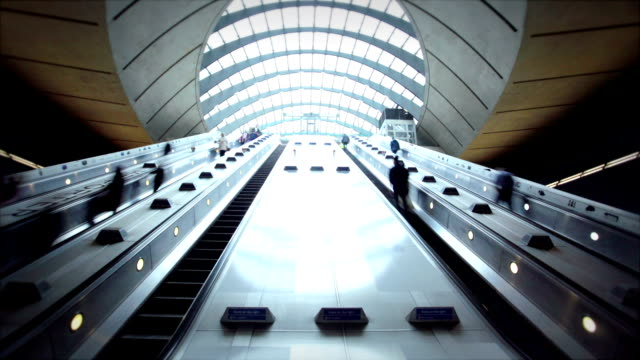 canary wharf, londra, enland - stazione della metropolitana video stock e b–roll