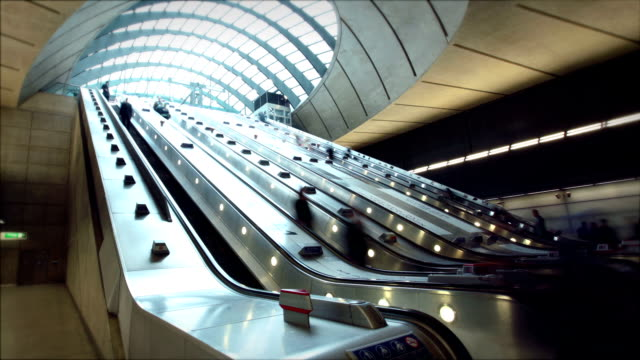 canary wharf, london, enland - hauptverkehrszeit stock-videos und b-roll-filmmaterial