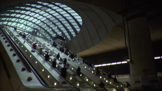 vidéos et rushes de canary wharf tube station escalators - station de métro