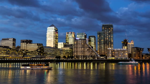 canary wharf with river thames, time lapse - canary wharf stock videos & royalty-free footage