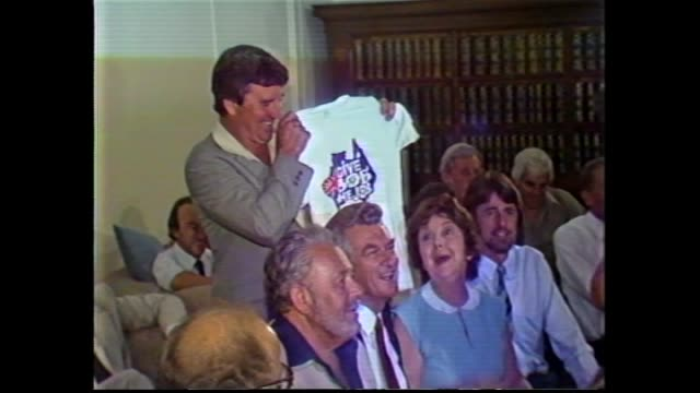 int alp party room caucus meeting / bob hawke smiling at meeting / cu t shirt give bob the job / vs meeting andrew theophanous gareth evans bill... - bob hawke stock videos and b-roll footage