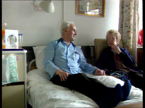 vídeos de stock, filmes e b-roll de cancer atlas leeds ms bill laughton sitting up on hospital bed as woman beside laughton ms laughton on bed cms bill laughton intvw sot left lung no... - bronquite