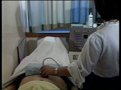 vídeos de stock e filmes b-roll de ovarian cancer gene identified seq woman being screened for ovarian cancer - ovário