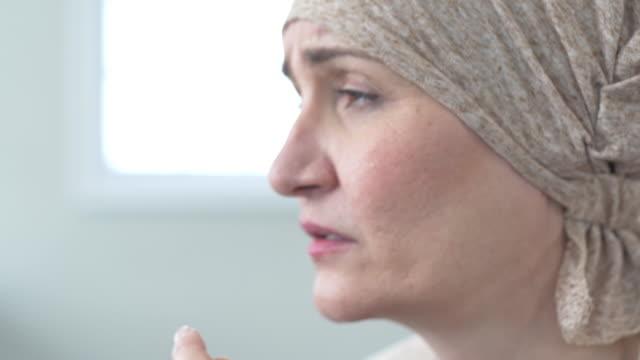 がん患者は一人で考えています。 - 白血病点の映像素材/bロール