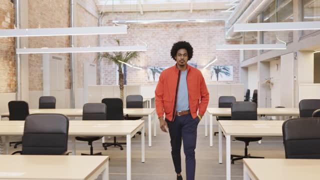 stockvideo's en b-roll-footage met candid indoor portrait of black commercial real estate agent - vrijetijdskleding
