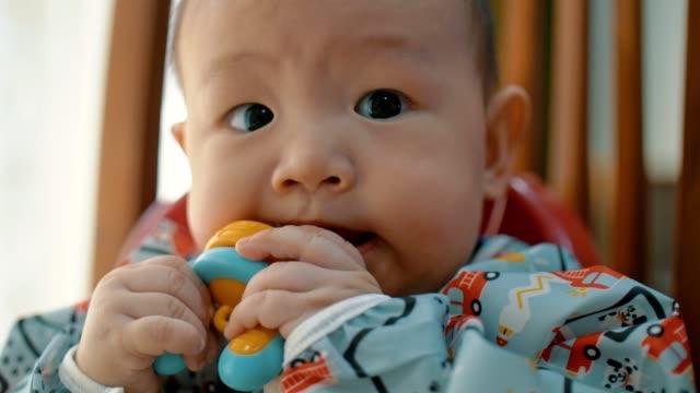 uppriktig liten pojke äter vattenmelon frukt dessert efter lunch - 6 11 månader bildbanksvideor och videomaterial från bakom kulisserna