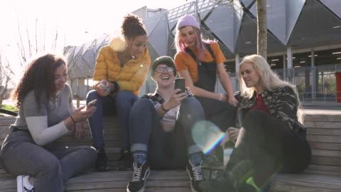 stockvideo's en b-roll-footage met candid portret van de groep van jonge vrouw glimlachen samen in city park - een groep mensen