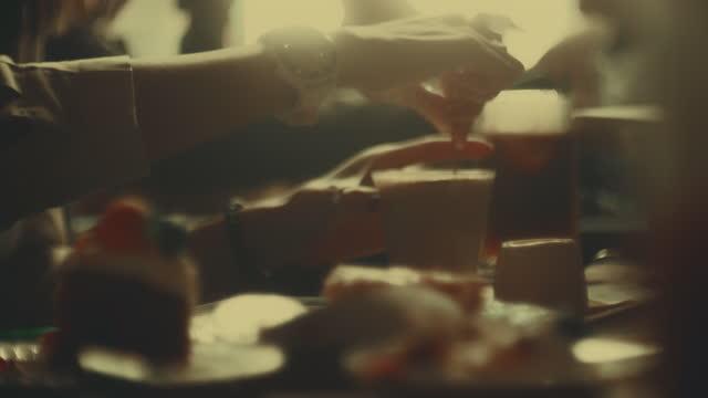 率直な 、 カフェのリアルな人々 - 朝食点の映像素材/bロール