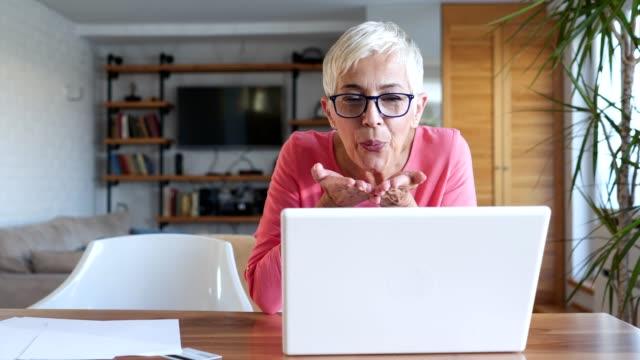 vídeos y material grabado en eventos de stock de mujer senior sincera hablando por internet con la familia - divorcio