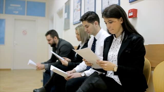 vídeos de stock, filmes e b-roll de os candidatos estão esperando, entrevista de emprego - recrutamento