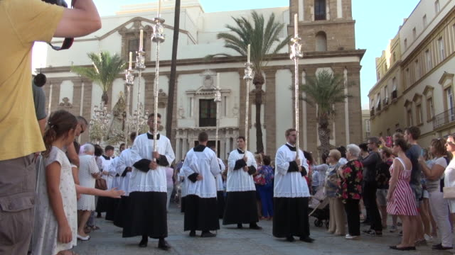 vidéos et rushes de candle bearers in lady of the rosary procession - christianisme