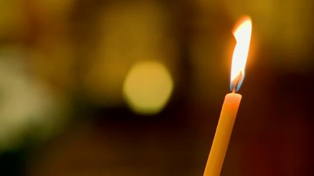 candela di chiesa cristiana - nuovo testamento video stock e b–roll