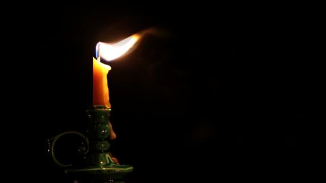 vídeos y material grabado en eventos de stock de vela en la oscuridad - vela equipo de iluminación