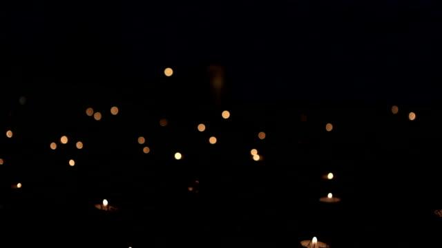 candele boke nel bosco di notte diapositiva dolly - lume di candela video stock e b–roll