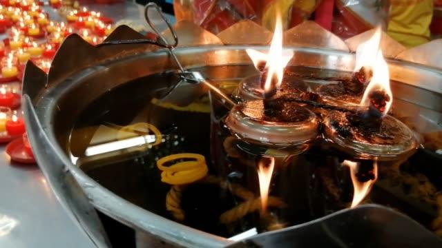 kerzenlicht im tempel - buddha stock-videos und b-roll-filmmaterial